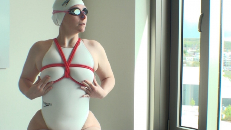 Bounded apnoe training in white swimsuit